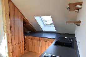 offene küche dachschräge kleine küche viel licht neue ideen
