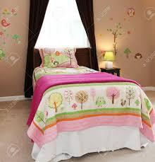 baby kinder schlafzimmer interieur mit rosa bett und braunen wänden