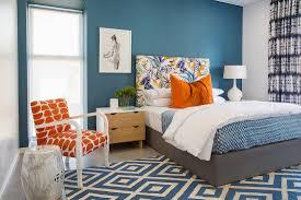 schlafzimmer in blau weiß mit orangen bild kaufen