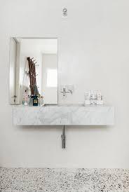 marmor waschbecken und spiegel im bad bild kaufen