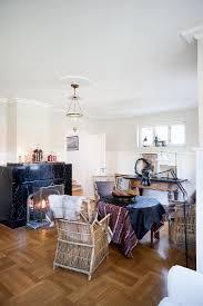 gemütliches wohnzimmer mit kamin aus bild kaufen