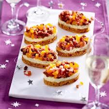 häppchen aus roquefort honigkuchen und trockenfrüchten