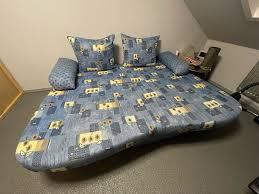 schlafcouch blau gelb gemustert