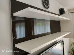wohnzimmerwand wohnzimmer regal aufhängbar in weiß braun glanz