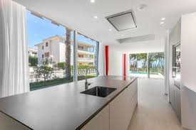 moderne doppelhaushälfte mit meerblick am weißen strand