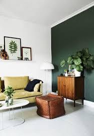 weiße wände und eine dunkelgrüne wand für einen akzent
