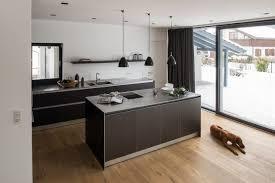 küchenblock aus holz in moderner küche mit bora
