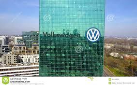 tir aérien de gratte ciel de bureau avec le logo de volkswagen