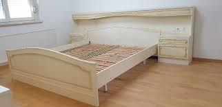 schlafzimmer mit komode spiegel u bettüberbau u