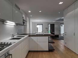 innenansicht eines modernen wohnzimmers im vordergrund der küche ist boden aus holz