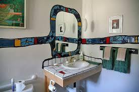 hundertwasser badezimmer spiegel und waschbecken