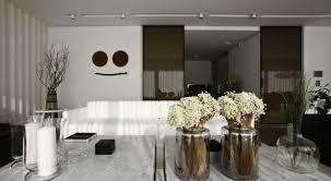 modernes wohnzimmer mit schiebetüren aus schwarzem glas und