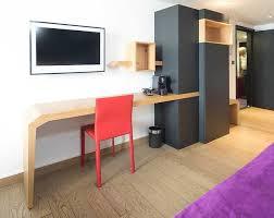 chambre hotel avec espace bureau dans chambre d hôtel avec armoire de rangement