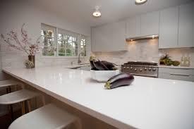 plan de travail cuisine blanc plan de travail cuisine en quartz blanc et dosseret aspect marbre