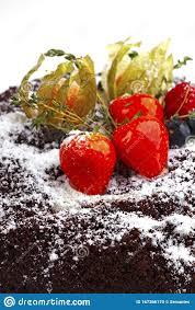 erdbeeren und heidelbeeren auf dem kuchen stockfoto bild