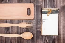 fond de cuisine recette ordinateur portable matériel de cuisine sur fond de bois