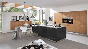 grosszügige inselküche barbara wert küche mit front in hochglanz und matt lavaschwarz und eiche