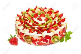 obst kuchen mit erdbeeren und kiwi isoliert auf weiß