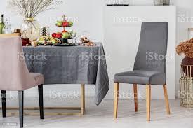esszimmer design idee mit stilvollem stuhl und tisch mit grauer tischdecke stockfoto und mehr bilder aufgeräumter raum