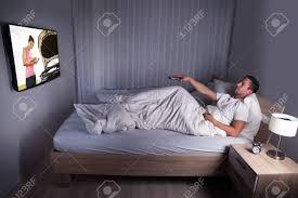 porträt eines mannes vor dem fernseher im schlafzimmer