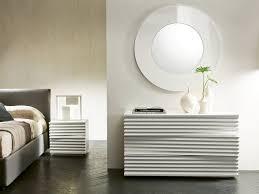 schlafzimmer kommode mit auffälligem design als teil der