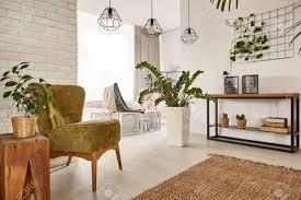 wohnzimmer mit holzmöbeln und stilvollen accessoires