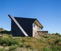 100 Parsonson Architects This Angular Build Put A Modern Spin On The Classic Kiwi Bach