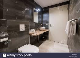 moderne badezimmer fliesen mit der weißen und grauen