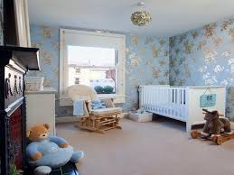 blue and gold wallpaper schlafzimmer dekorieren