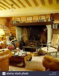 paar sessel neben großen kamin im wohnzimmer für