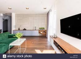 großer fernseher in luxuriösen wohnzimmer einrichtung mit