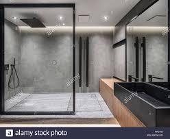 badezimmer in einem modernen stil mit grau gefliesten wänden