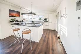 küche mit integriertem tresen fischerhaus fertighäuser