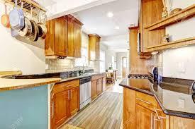 helle braune küchenschränke mit schwarzen granitplatten küche zimmer mit fliesen aufkantung verkleidung parkett und gestrippt teppich