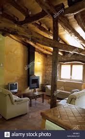 blick auf holzbalken in einem wohnzimmer stockfotografie alamy