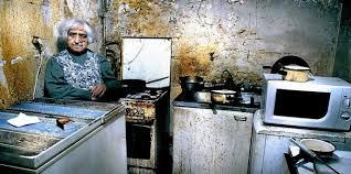 cuisine insalubre louise 81 ans image de la misère sociale