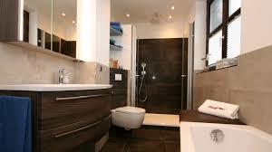 badzimmer mit alltagskomfort und warmen farben