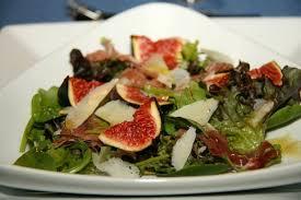 cuisiner figues fraiches recette de salade d automne aux figues fraiches la recette facile