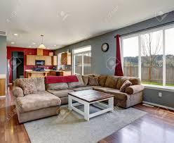 modernes wohnzimmer mit grauen wänden einschließlich beige sofa und parkett