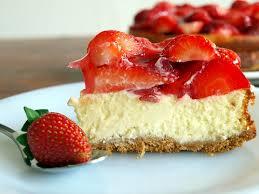 cheesecake mit weißer schokolade und frischen erdbeeren
