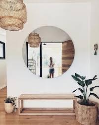 groß so schlicht zeitlos großer runder spiegel sitzbank
