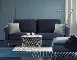 coussin pour canapé choisissez la sobriété avec de chaque côté de votre canapé bleu