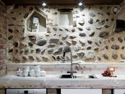 gerichte in der nähe in einem rustikalen küche mit steinwand sinken
