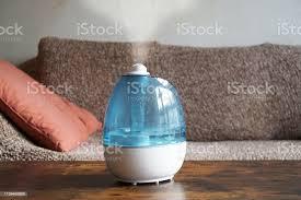 befeuchter oder luftreiniger im wohnzimmer stockfoto und mehr bilder cool und lässig