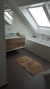 waschtisch badewanne und dachflächenfenster badezimmer