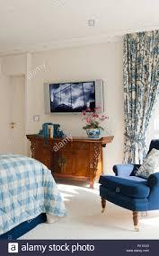 flachbildschirm fernseher im schlafzimmer stockfotografie