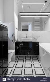 modernes badezimmer mit marmor finish in schwarz und weiß