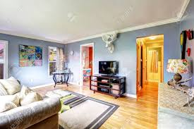hellblau wohnzimmer interieur mit weißen elch kopf an der wand