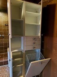 badezimmerschrank mit viel stauraum und wäschekorb vintage