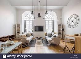 wohnzimmer mit tv zwei sofas und arch windows